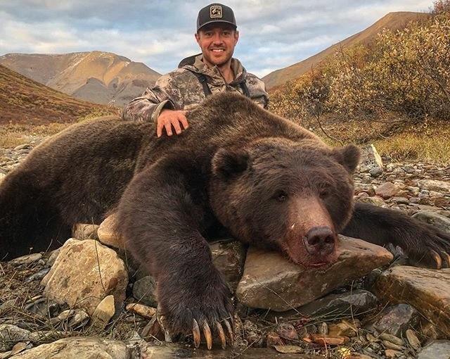 Photo of Foto con grizzly e alci uccisi, ex atleta scatena la rabbia del web