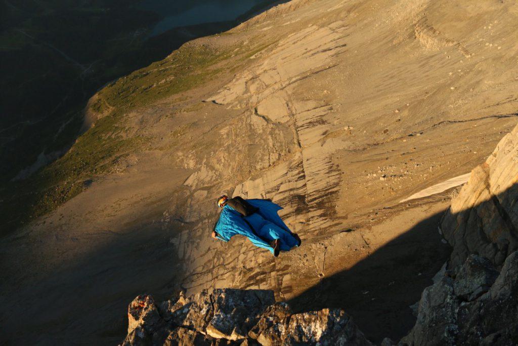 Alpi Bernesi, Base Jump, Tuta alare, cronaca nera