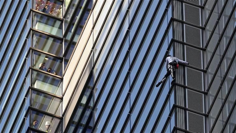 Photo of Nuovo grattacielo ed arresto per Alain Robert, lo spiderman francese