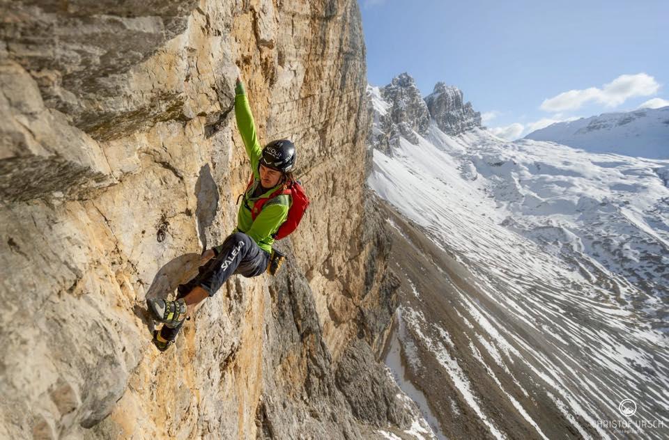 Photo of Simon Gietl in free solo sulla Via Lacedelli sulla Cima Scotoni