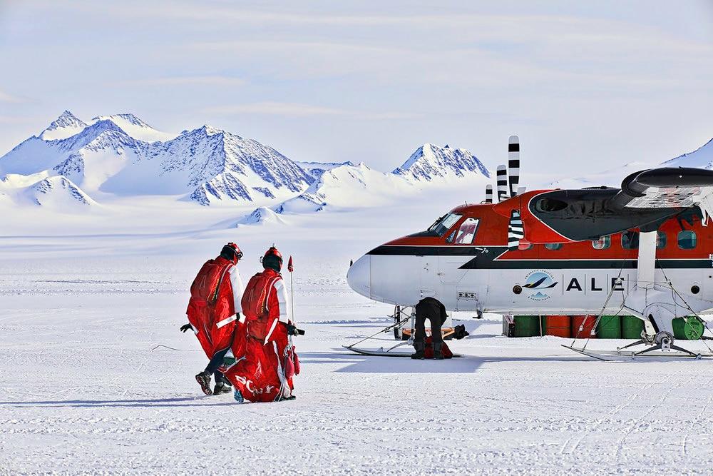 Photo of In tuta alare sulle bianche distese dell'Antartide. Una prima assoluta per Heather Swan