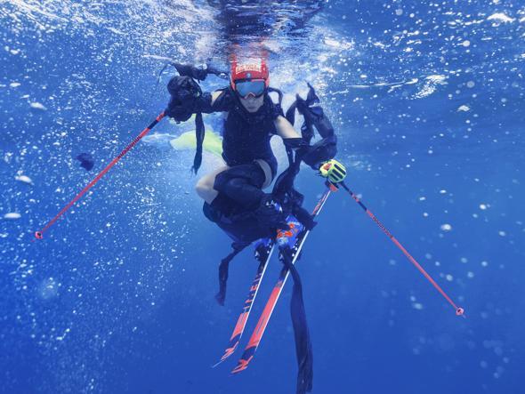 Photo of La sciatrice azzurra Federica Brignone sott'acqua in mezzo alla plastica in difesa dei mari