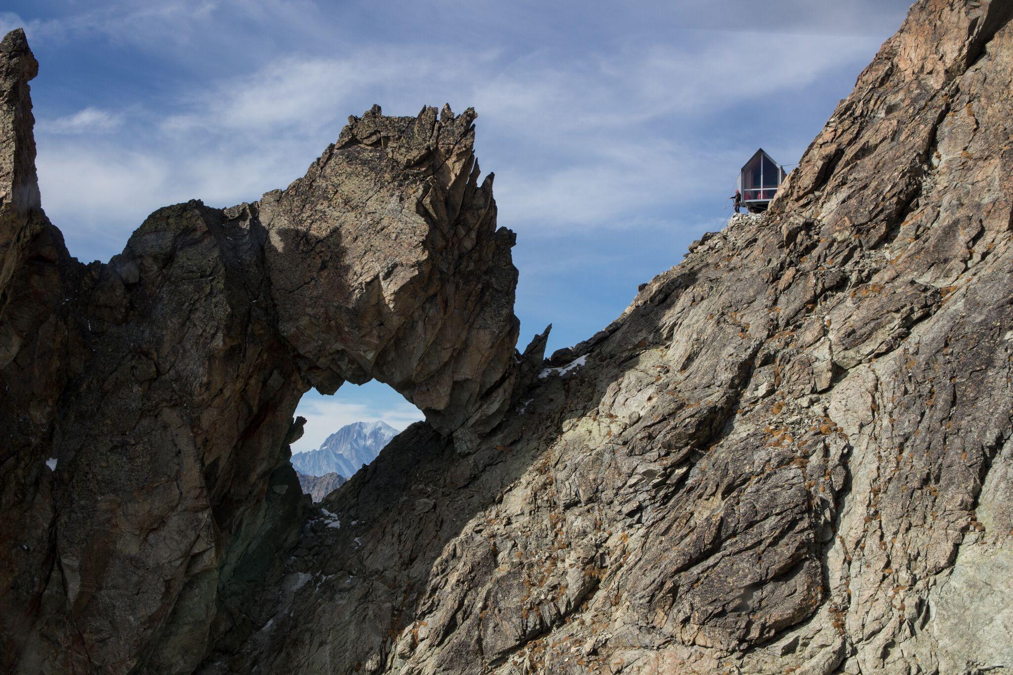 Photo of Sull'impervia e spettacolare cresta del Morion in Valpelline nasce il nuovo bivacco Luca Pasqualetti