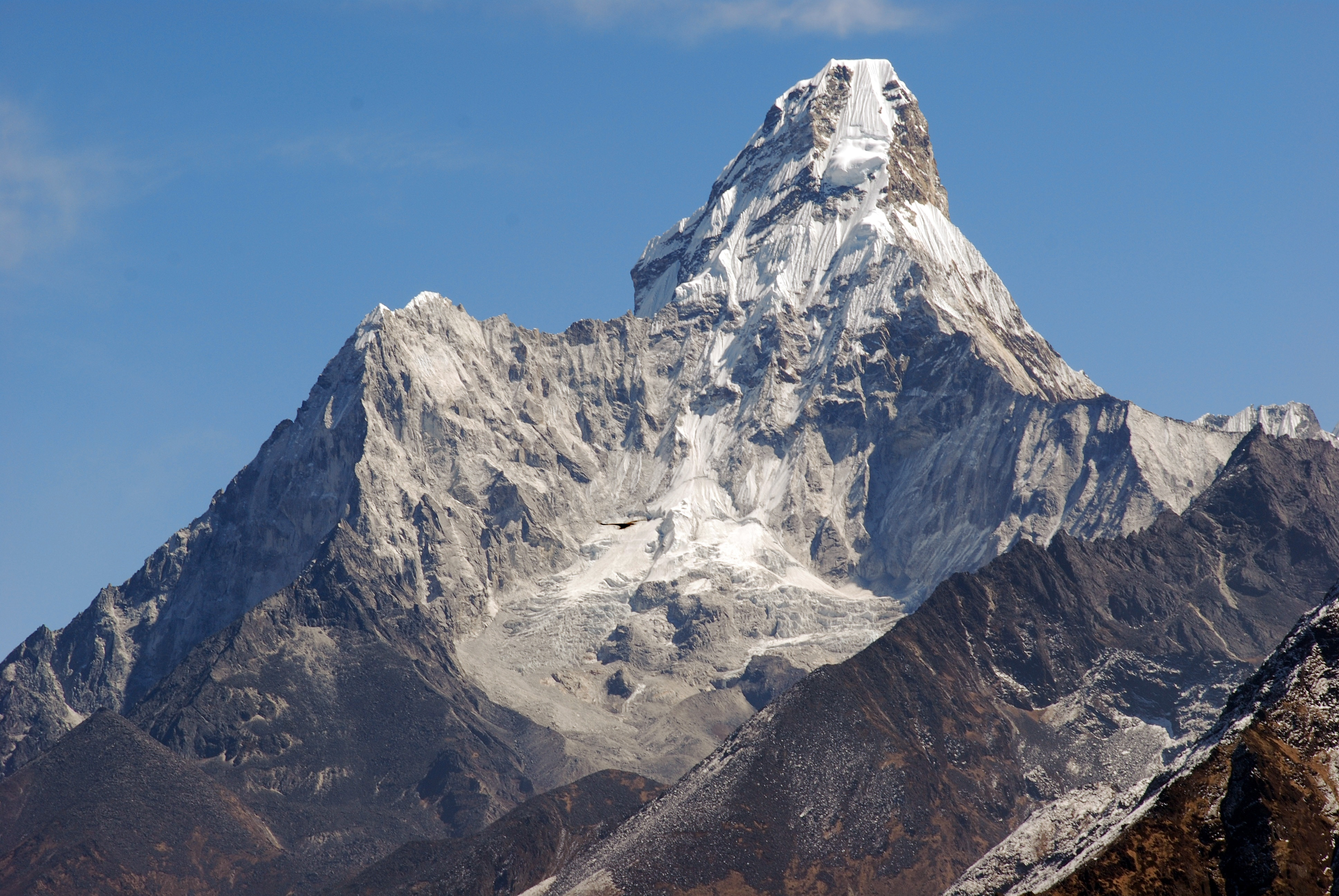 Photo of Record sull'Ama Dablam: quando si dimentica la storia