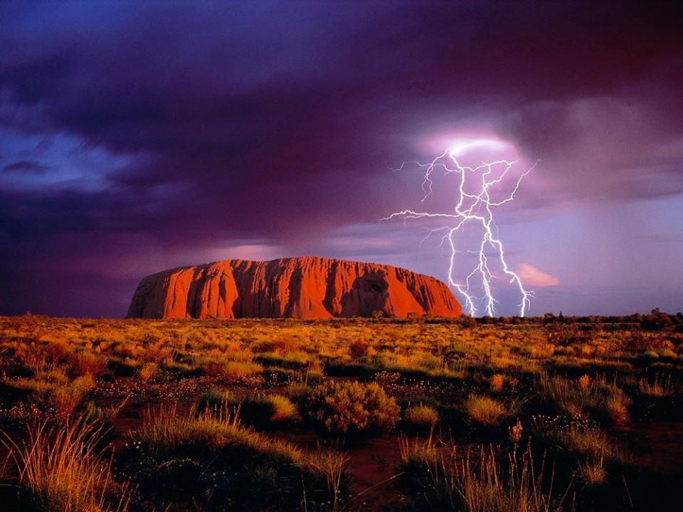 Photo of Divieto di arrampicata sul monolite di Uluru. Le inattese reazioni dei turisti