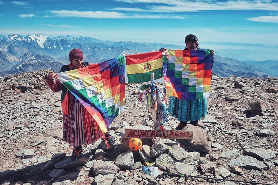 """Photo of Cinque """"cholitas"""" in vetta all'Aconcagua"""