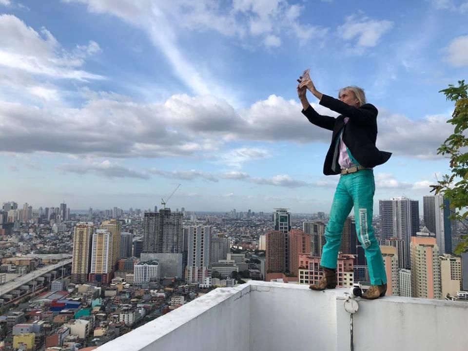 Photo of A Manila nuova impresa da brivido (ed arresto) per lo spiderman francese Alain Robert