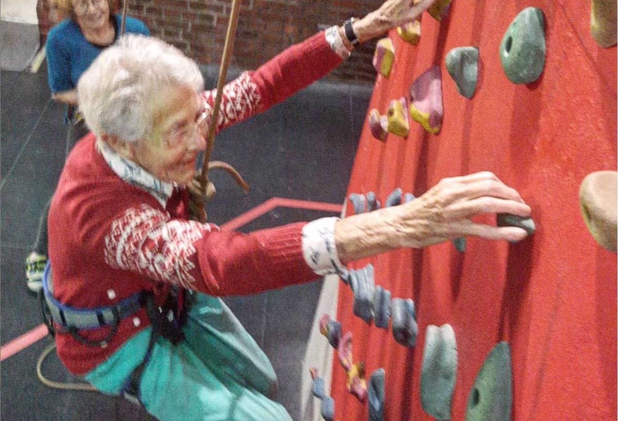 """Photo of Arrampica per la prima volta a 99 anni, la """"spidergran"""" ora programma la salita per i 100"""