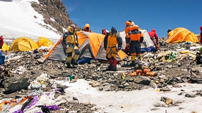 Photo of Everest: la Cina taglia i permessi per pulire i rifiuti e portare via i morti dalla montagna