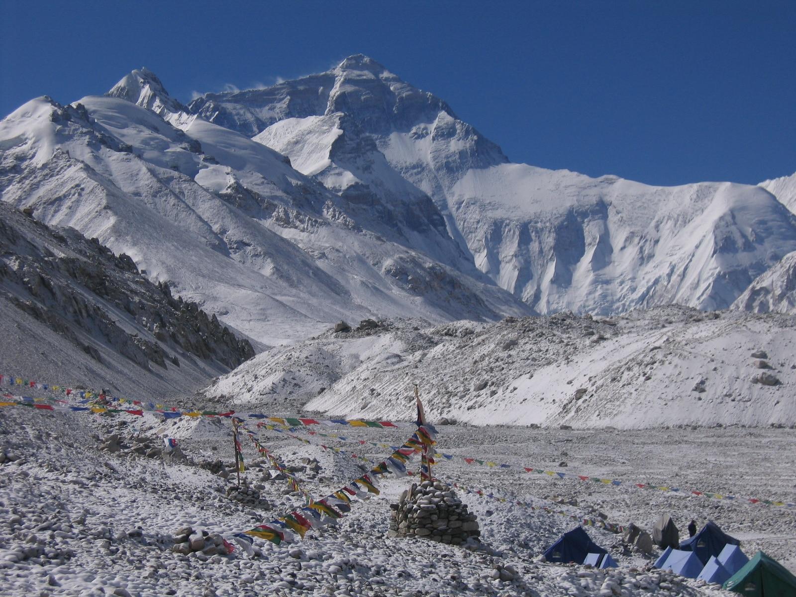 Photo of La Cina chiude l'Everest. In primavera il recupero dei 17 alpinisti morti sulla montagna