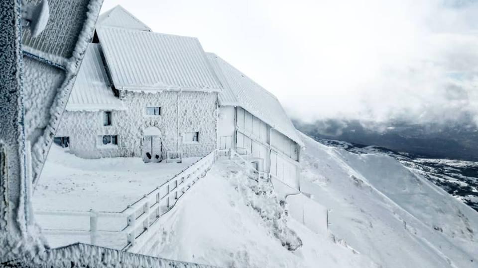 """Photo of Dall'Abruzzo a Frozen, lo scatto dell""""ostello più alto d'Europa è virale"""