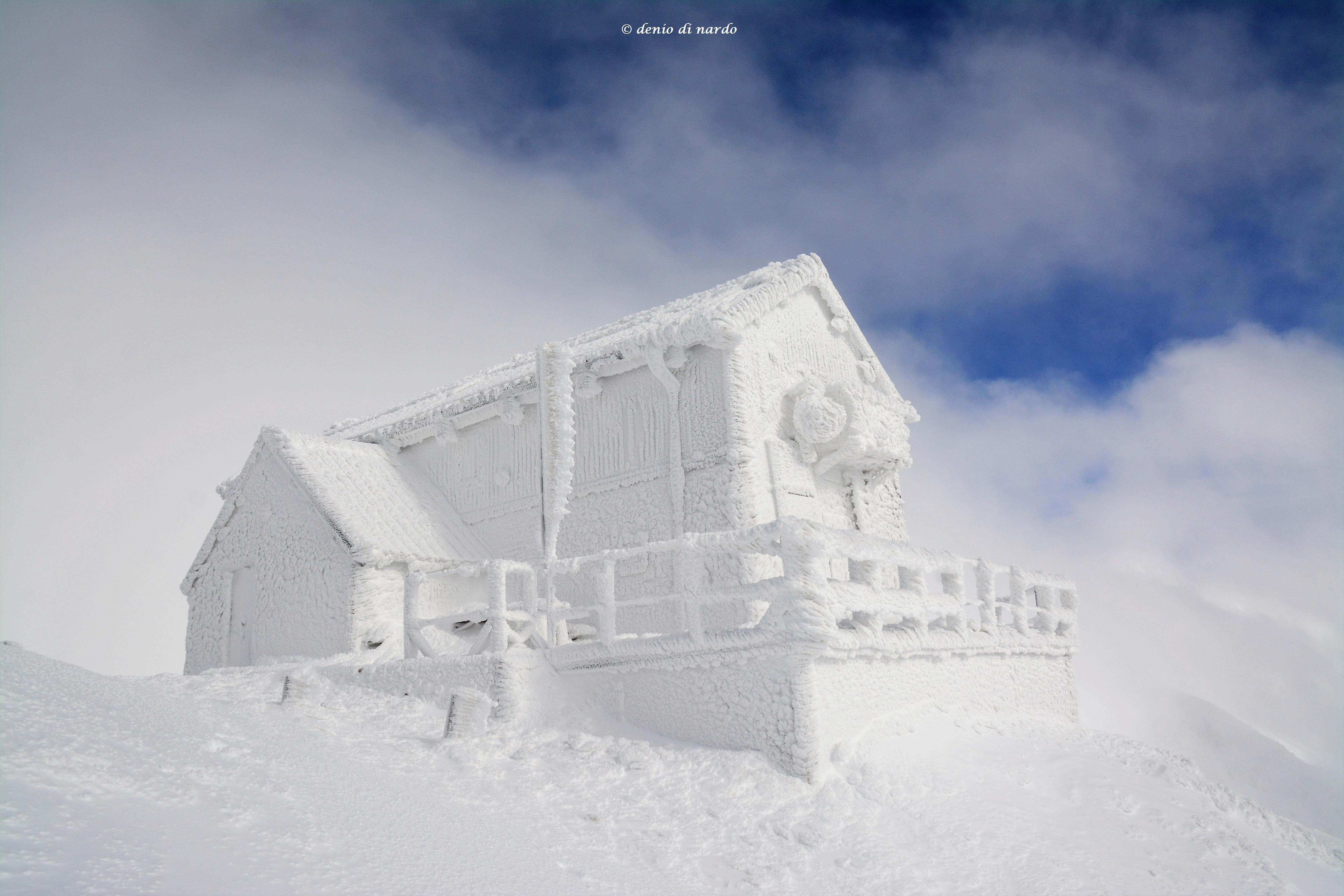 Photo of Lo spettacolo del Rifugio Duca degli Abruzzi completamente avvolto dal ghiaccio