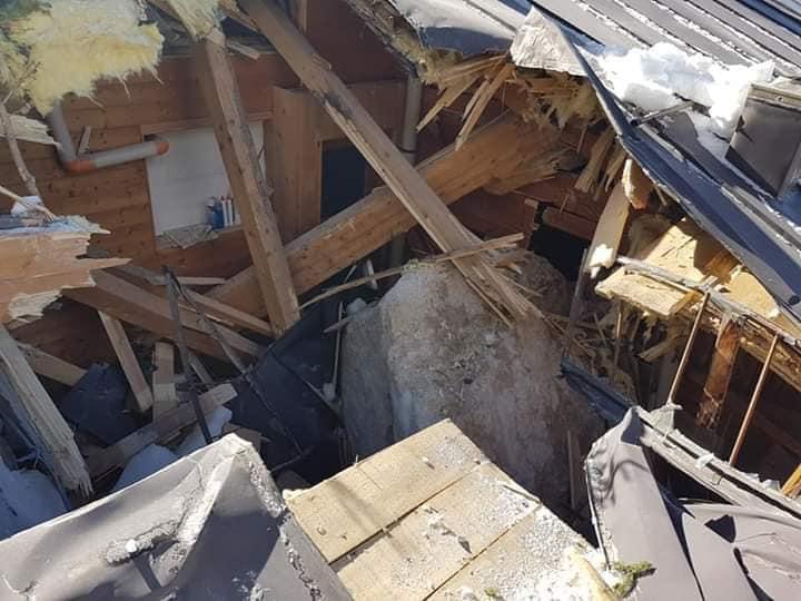 Photo of Frana da Cima Belprà sulle Dolomiti di Cadore. Un masso sfonda il tetto del rifugio Scotter
