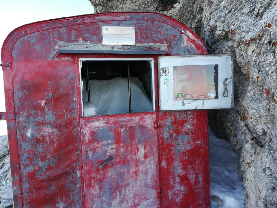 Photo of FVG. Bivacco Suringar aperto, all'interno ghiaccio e neve