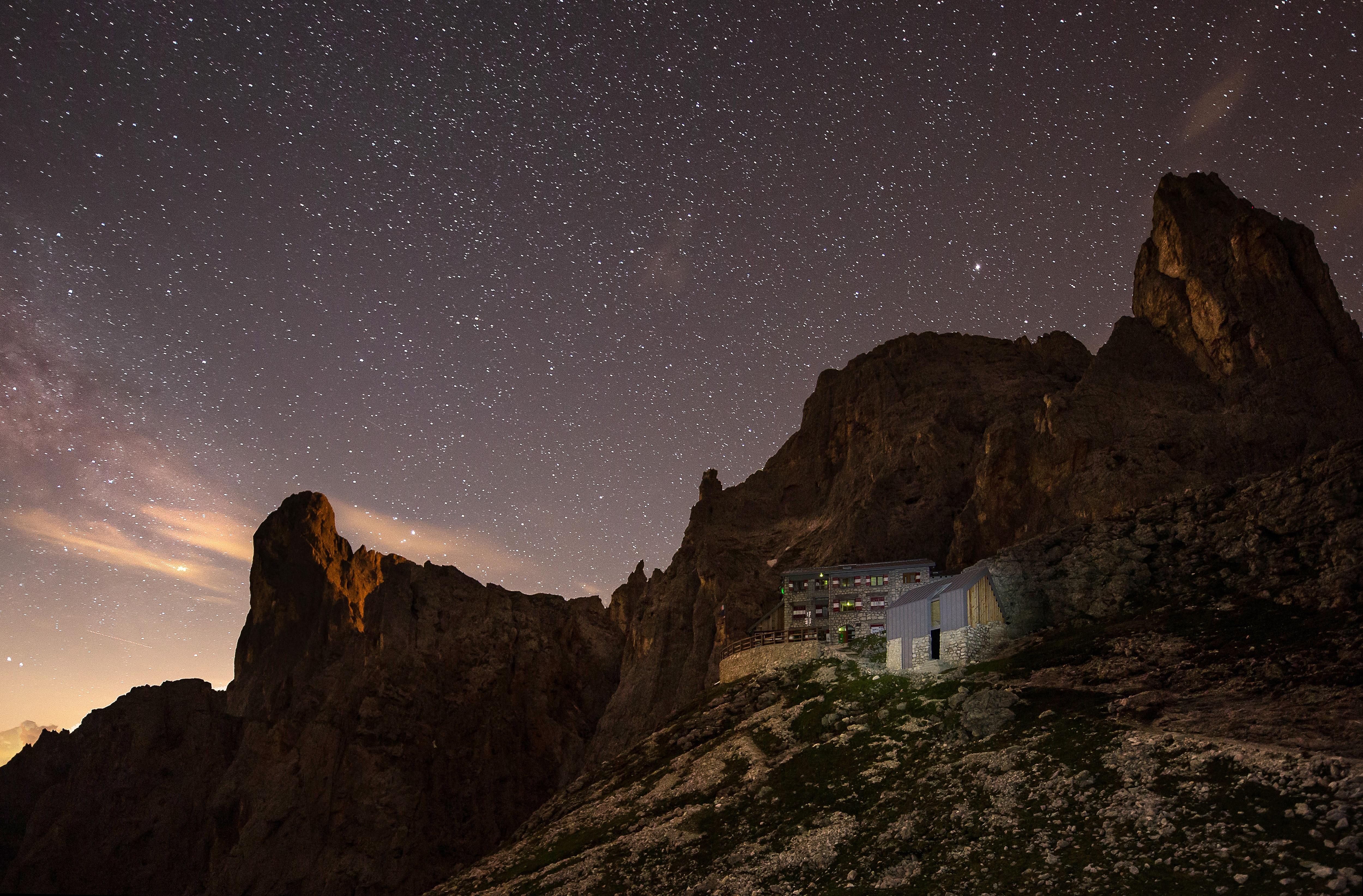 """Photo of In edicola il nuovo numero di Meridiani Montagne dedicato a """"I nuovi rifugi delle Alpi"""""""