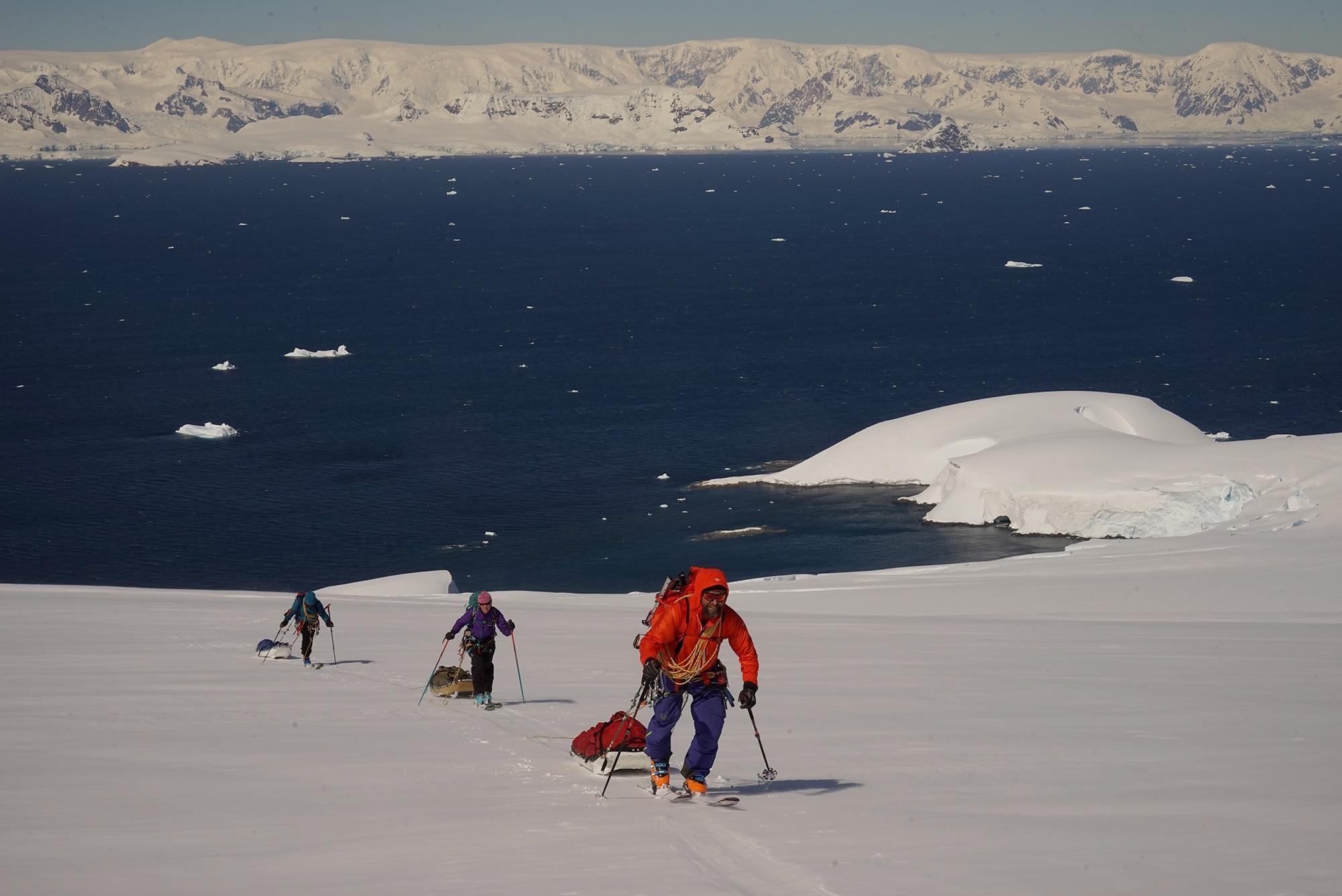 Photo of Antartide in barca e con gli sci da alpinismo