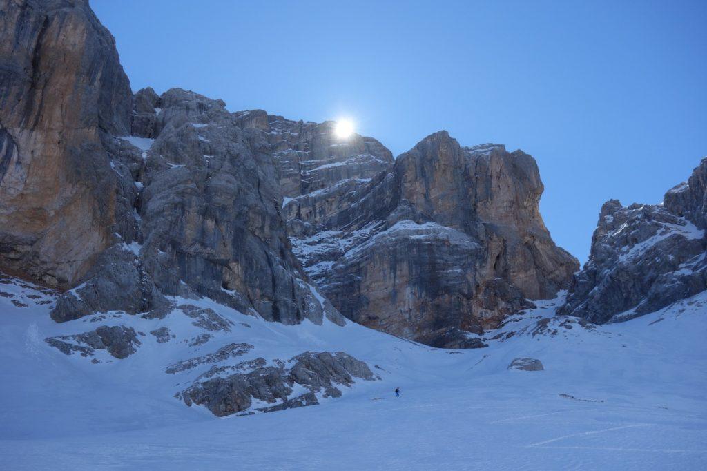 Alla base della parete Nord Ovest. Foto Luca Dallavalle