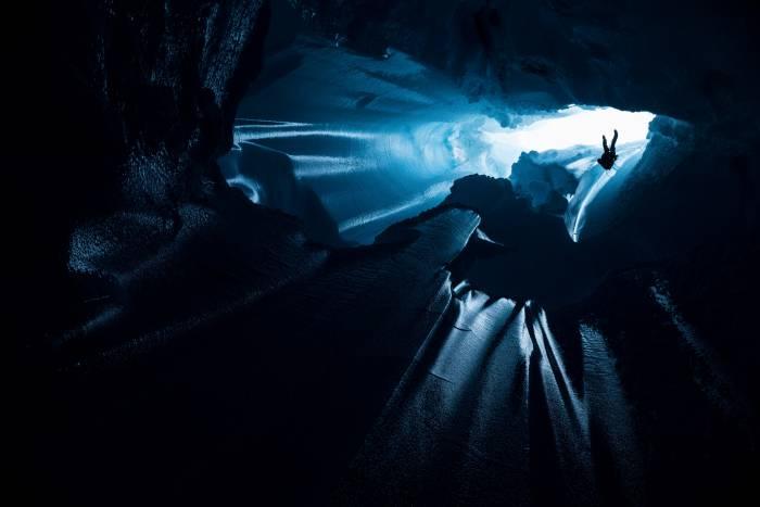 Photo of Will Gadd nelle profondità dei ghiacci della Groenlandia per studiare gli effetti del global warming