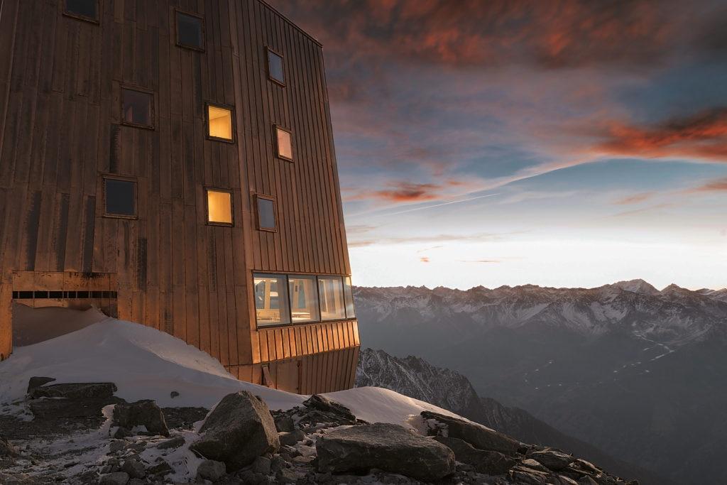 La struttura del rifugio al Sasso Nero: un monolite rivestito di rame che domina dall'alto la Valle Aurina © Oliver Jaist