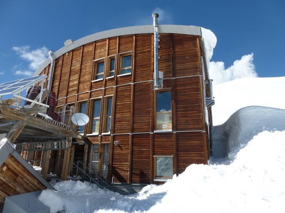 Photo of Refuge des Conscrits, le cornici di neve sul tetto si rimuovono con l'elicottero