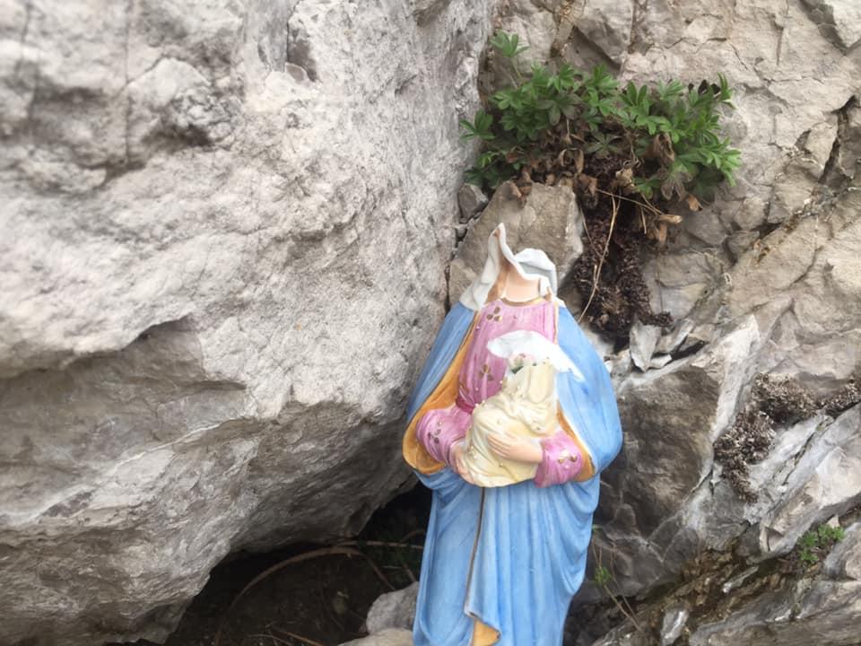 Photo of Atto vandalico nel giorno di Pasqua. Decapitati Madonna e Gesù Bambino sul Monte Barro