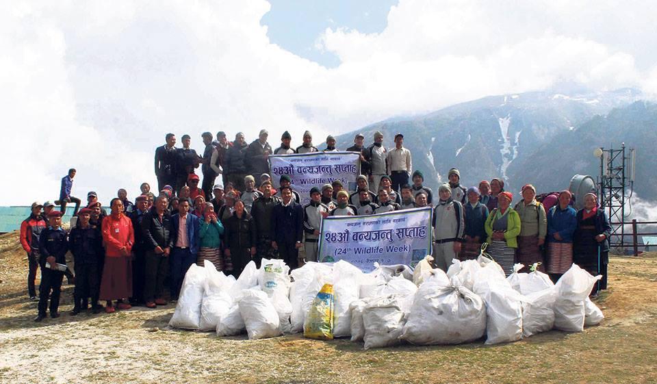 """Photo of """"Sagarmatha Cleaning Campaign"""". Raccolti 3.000 Kg di rifiuti sul versante nepalese dell'Everest"""