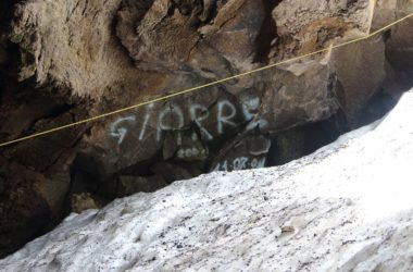 grotta del gelo, sicilia, etna, graffiti, vandalismo
