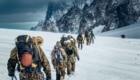 Movimento di truppe alpine sul Ghiacciaio del Gigante (3371 m), nel Massiccio del Monte Bianco. Foto @ Esercito