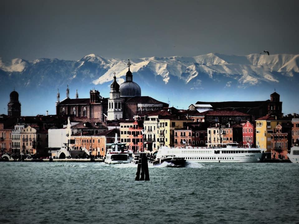 Photo of Le Dolomiti innevate alle spalle di Venezia nei magici scatti di Marco Contessa