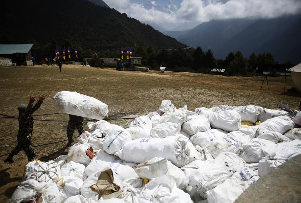 Photo of Campagna di pulizia sul versante nepalese dell'Everest. Portati a valle 4 cadaveri e 11 tonnellate di rifiuti