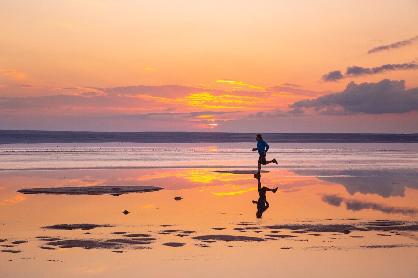 Una corsa al tramonto sulla riva del lago salato di Tuz Golu