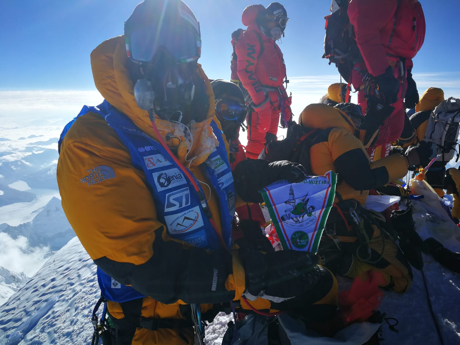 Photo of Luca Colli di corsa in vetta all'Everest. Anche sul versante tibetano ritardi burocratici e ingorghi