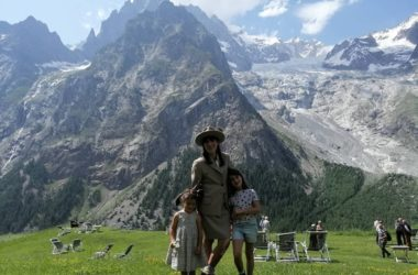 Anna Torretta con la divisa delle Guide di Courmayeur e le sue due bambine. Foto Facebook Anna Torretta