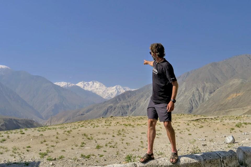 Pausa lungo il viaggio per Skardu. Cala indica la parete Rakhiot del Nanga Parbat. Foto archivio Cala Cimenti