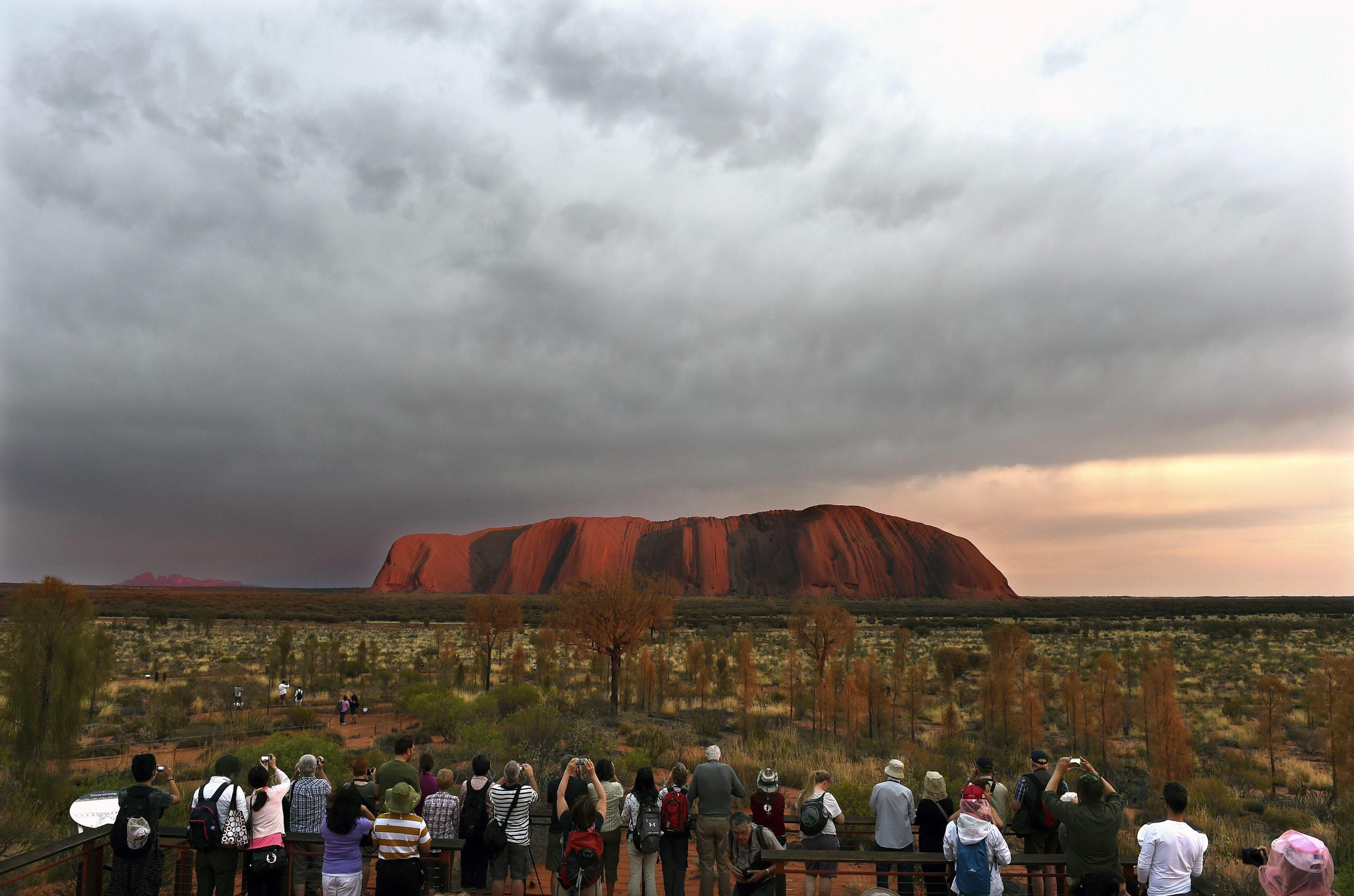 Photo of Uluru. Code infinite di turisti sull'Ayers Rock a 3 mesi dal divieto di arrampicata