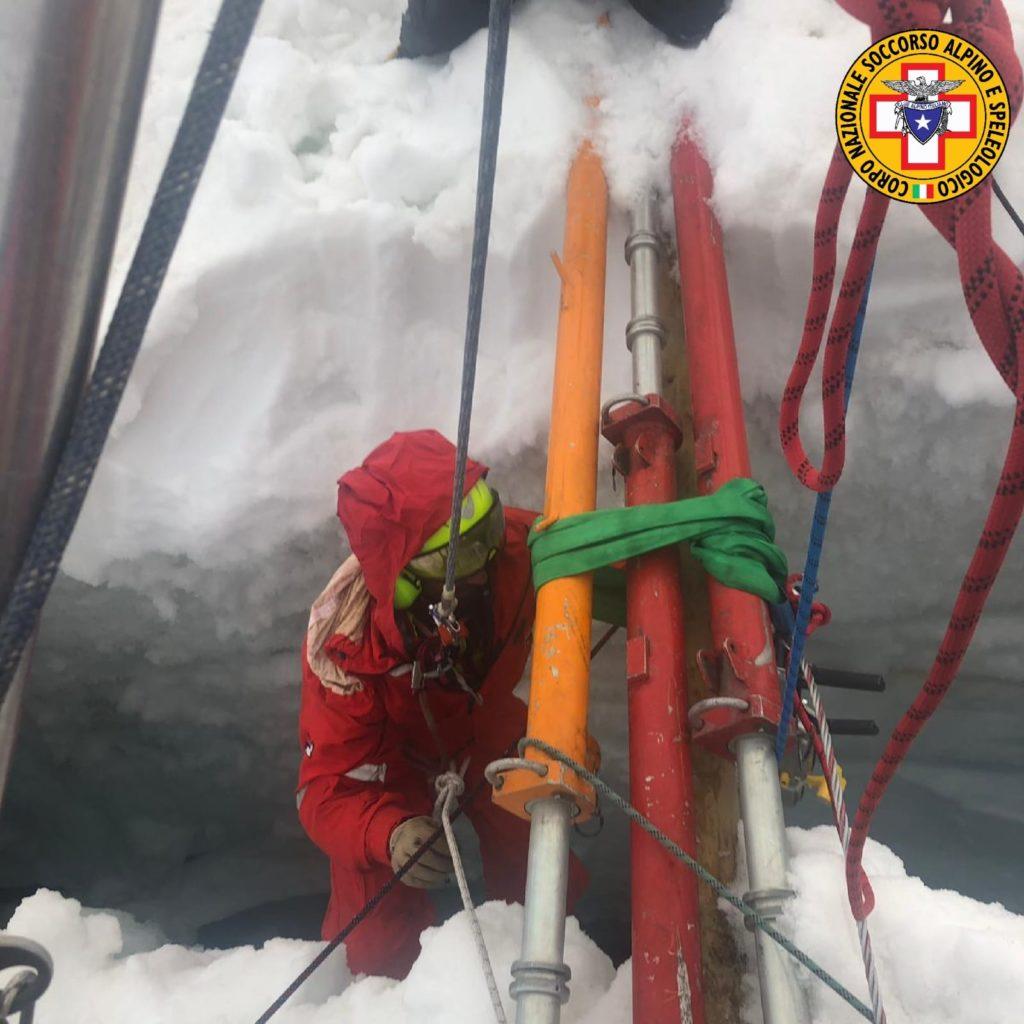 alpinista in un crepaccio, breithorn centrale, incidenti in montagna