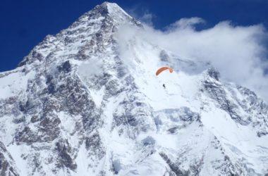 Max Berger in volo, sullo sfondo il K2. Foto Juan Carlos San Sotero