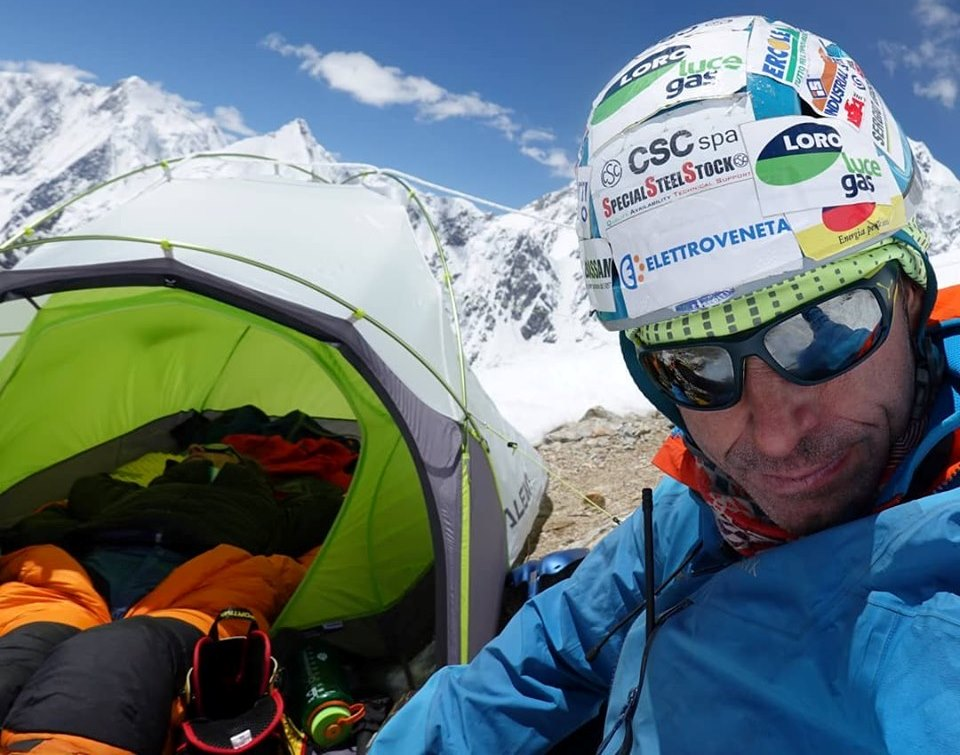 Photo of Mario Vielmo al campo base del Broad Peak dopo l'acclimatamento