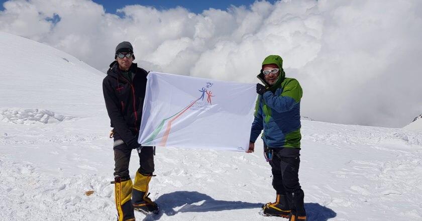 Con la bandiera dei Diritti Umani di Daniele Nardi. Foto archivio Andrea Cappadozzi
