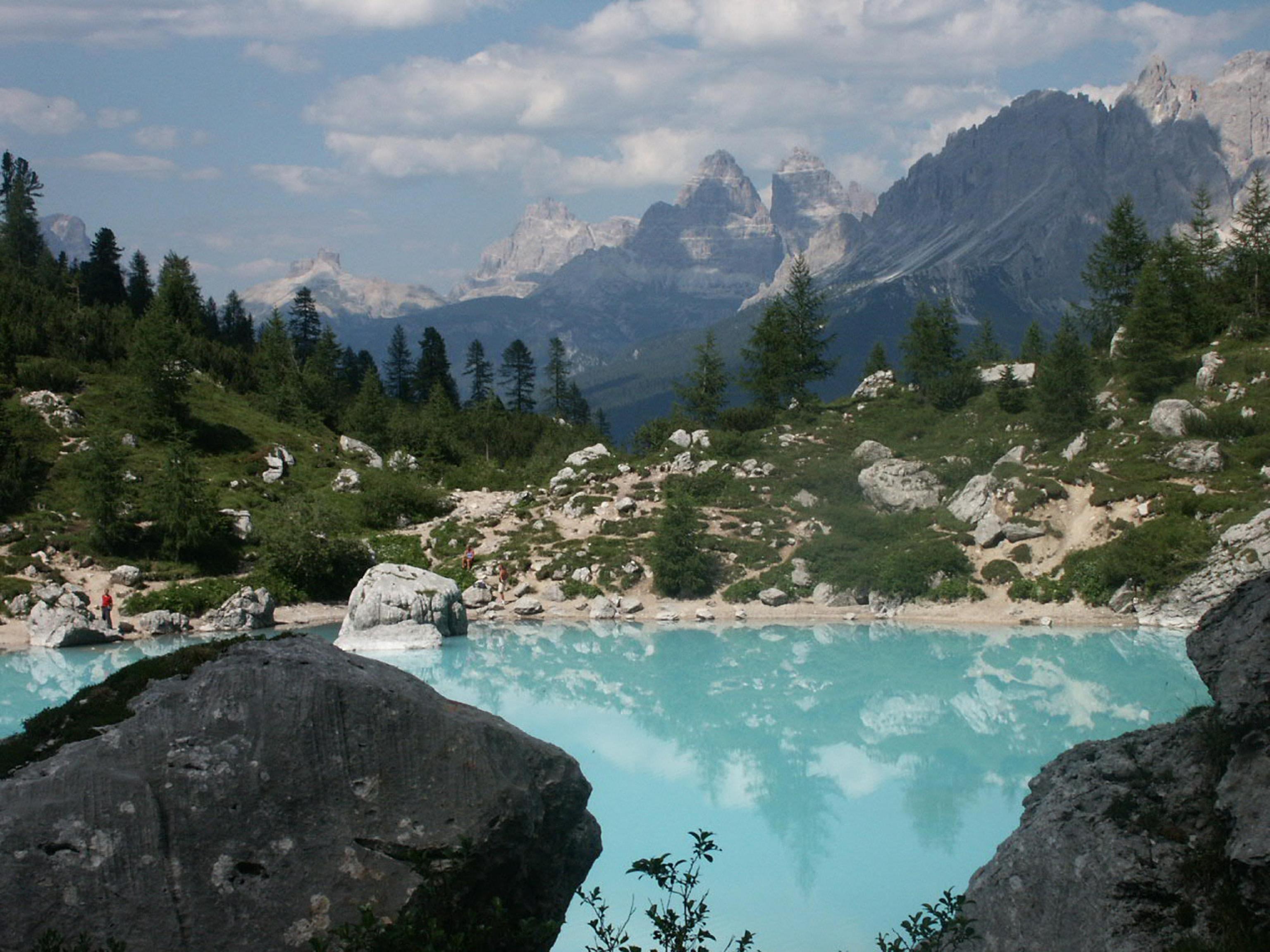 Photo of Cortina. Troppi turisti, scatta il divieto di balneazione nel Lago Sorapis