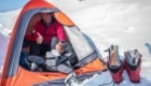 Simon Richardson in tenda durante la traversata del Waddington - Foto Blog Ian Welsted