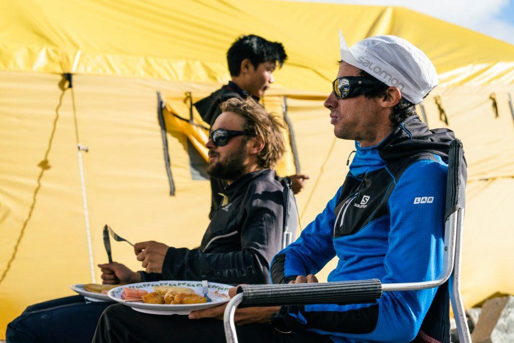 ndrzej Bargiel e Killian Jornet al campo base dell'Everest.