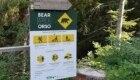 Pannelli contenenti le regole comportamentali da tenere in caso di incontro con l'orso - Foto FB @Associazione per il WWF Trentino