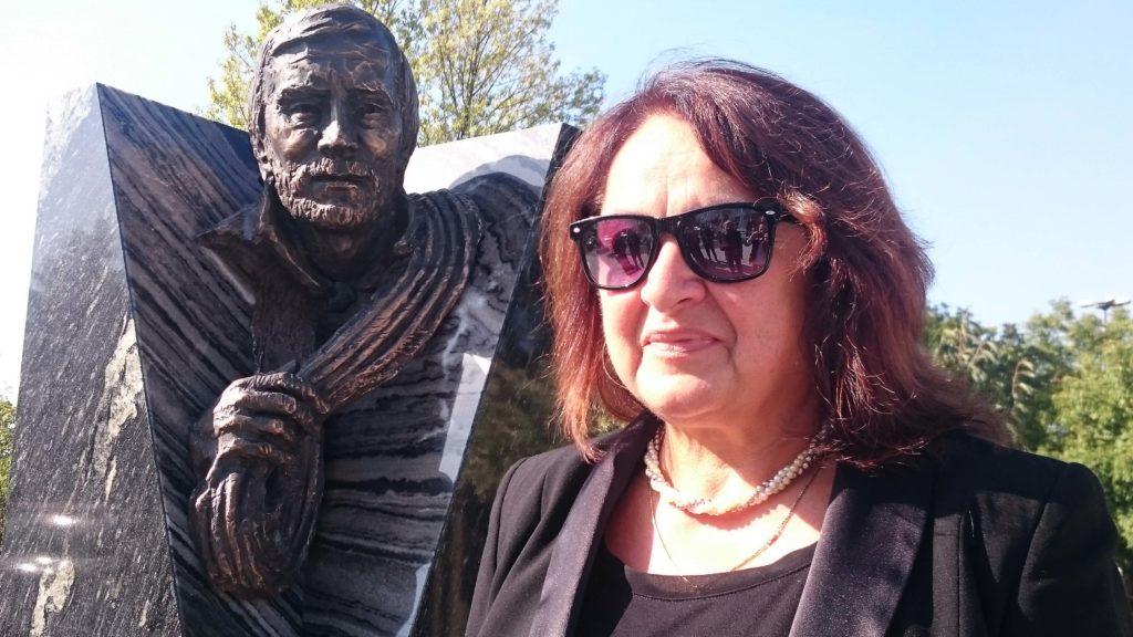 Il monumento in memoria di Jerzy Kukuczka, all'Accademia di educazione fisica di Katowice, e Cecylia Kukuczka. Foto archivio Kukuczka