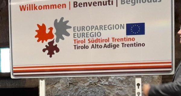 Cartelli Euregio ai valichi di frontiera in Italia e Austria. Foto ANSA