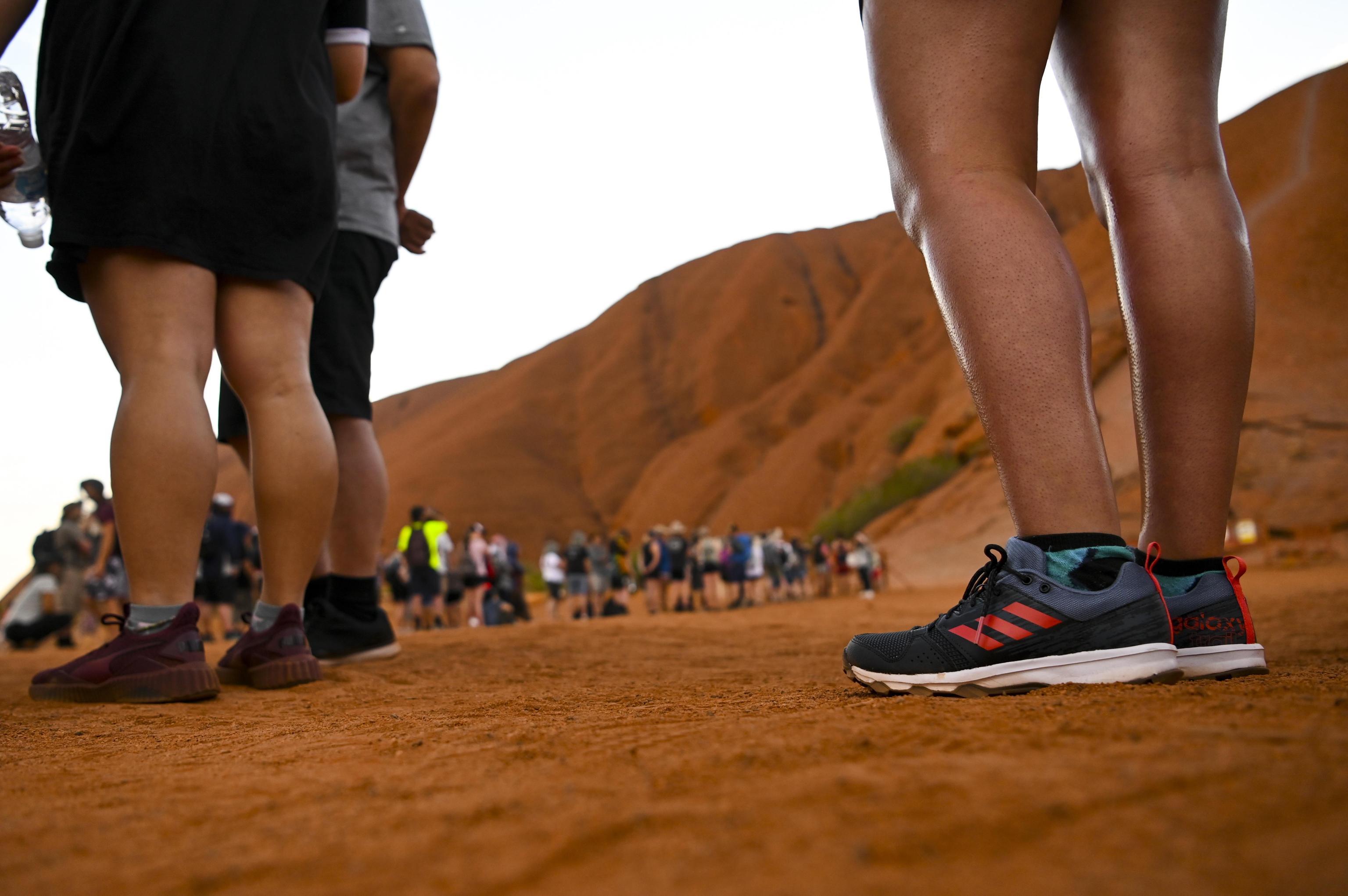 Photo of Uluru. Scatta il divieto di arrampicata, code interminabili per l'ultima salita