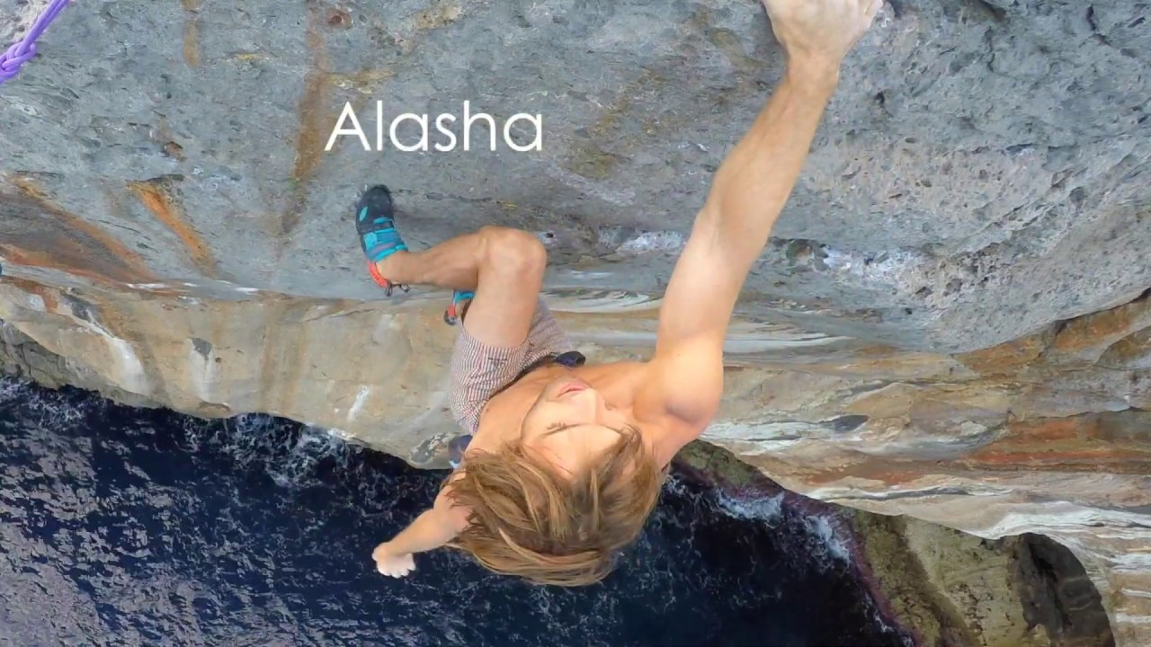 "Photo of Chris Sharma e la salita della deep water solo ""Alasha"", l'atteso video"