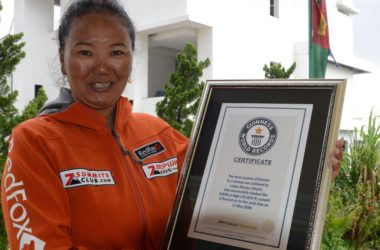 Lhakpa Sherpa con il Guinness dei Record per le salite all'Everest. Foto: Prakash Mathema/Stringer/Getty
