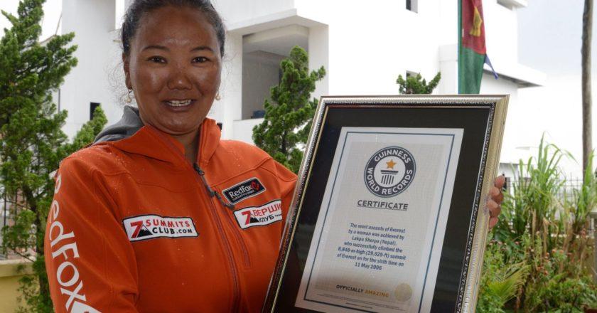 Lhakpa Sherpa con il Guinness dei Record per le salite all'Everest. Foto: Prakash Mathema/Stringer/Getty