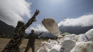 Photo of Everest in lockdown. Negato agli Sherpa il permesso di ripulire la montagna